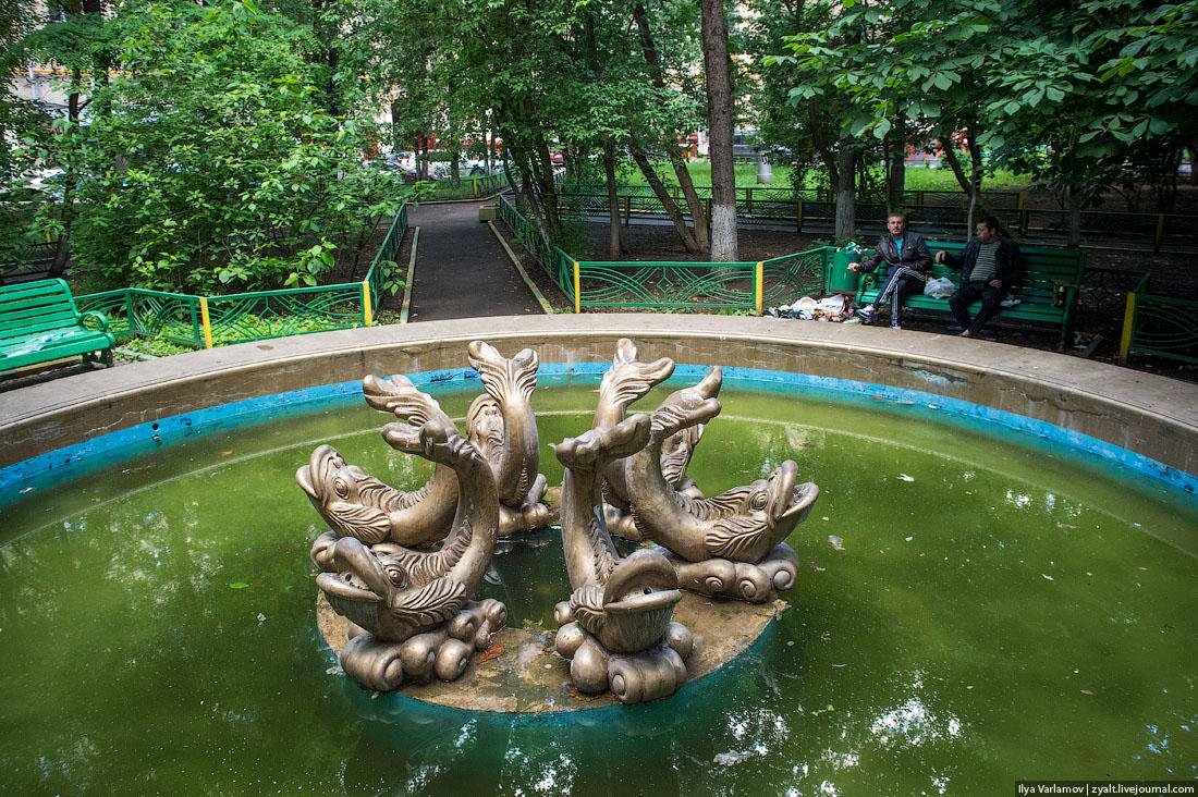 Вода в фонтанах стухла