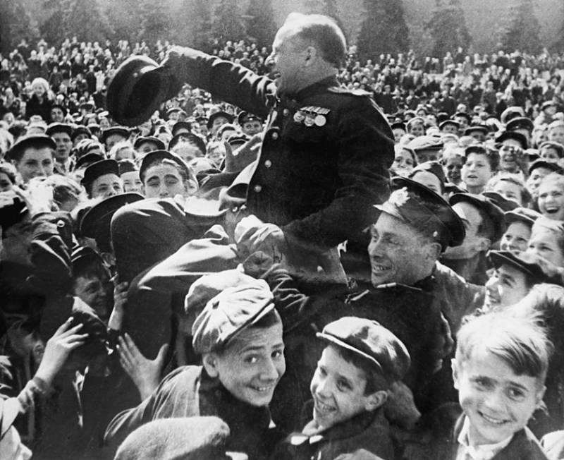 Прогулка по Москве 1945 года Победы, площади, площадь, Красной, Москве, парад, воспоминаний, знамена, войны, парадом, Парад, перед, парада, Советского, Союза, только, вокзале, тысячи, Москва, победы