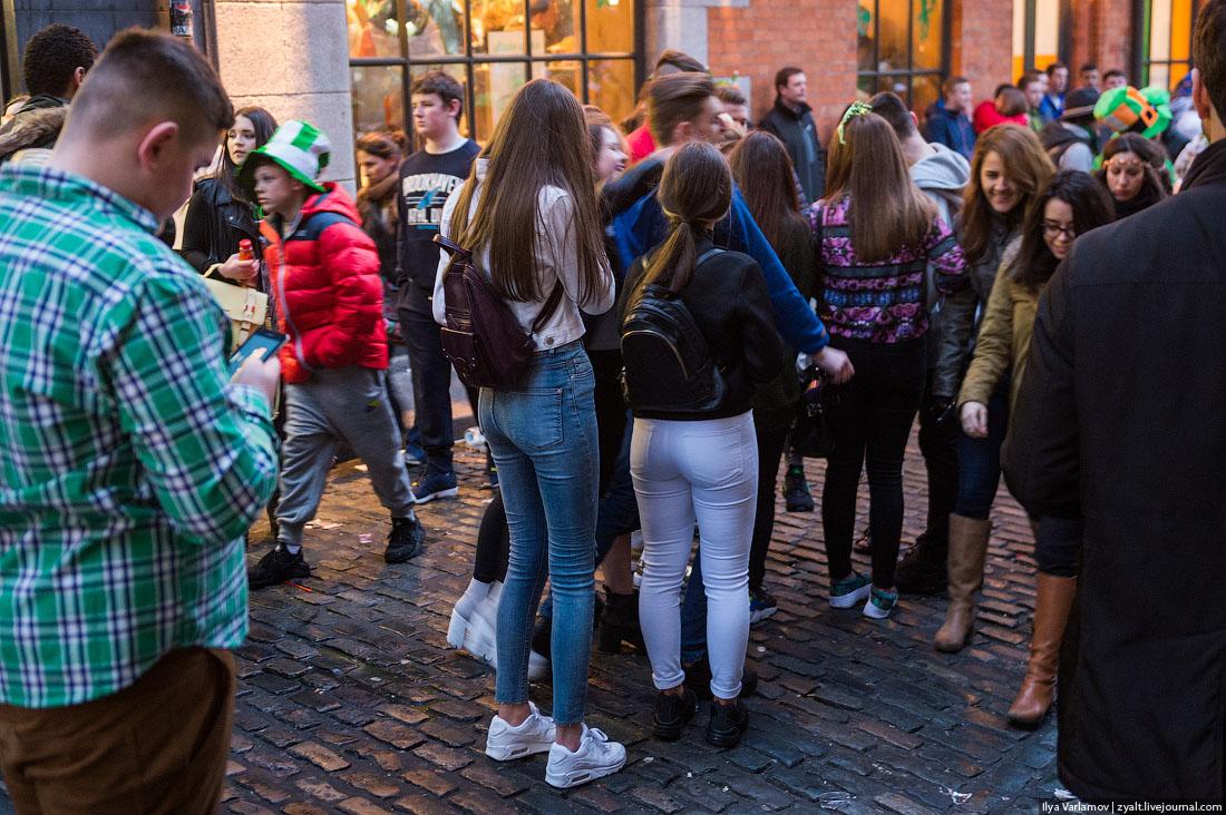 Девушка раздевается фото задница в джинсах на улицах города