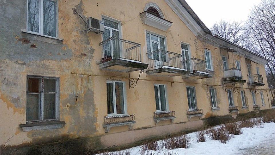 Семью в Ленинградской области переселили из одного аварийного дома в другой