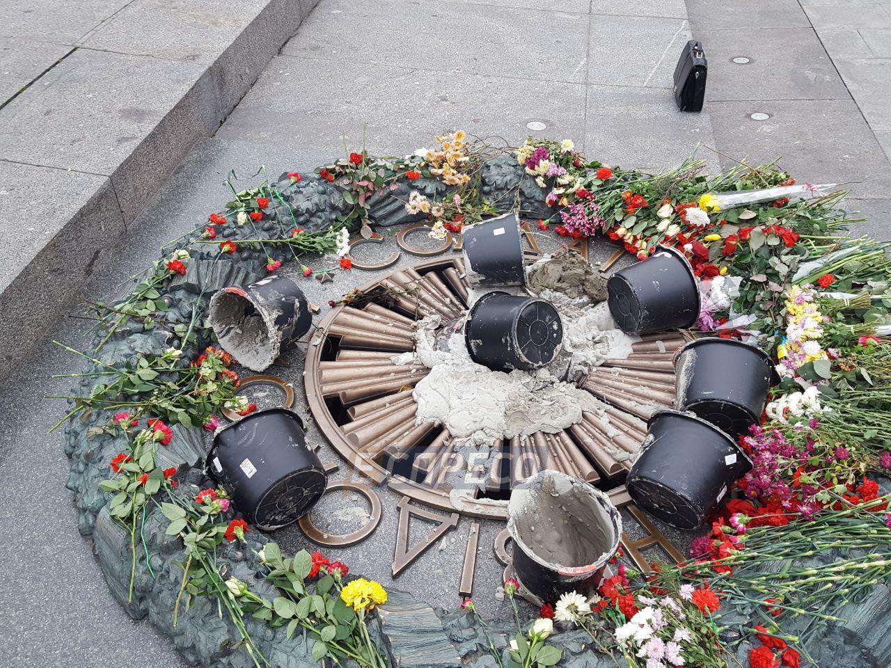 Вечный огонь в Киеве залили цементом во второй раз за месяц