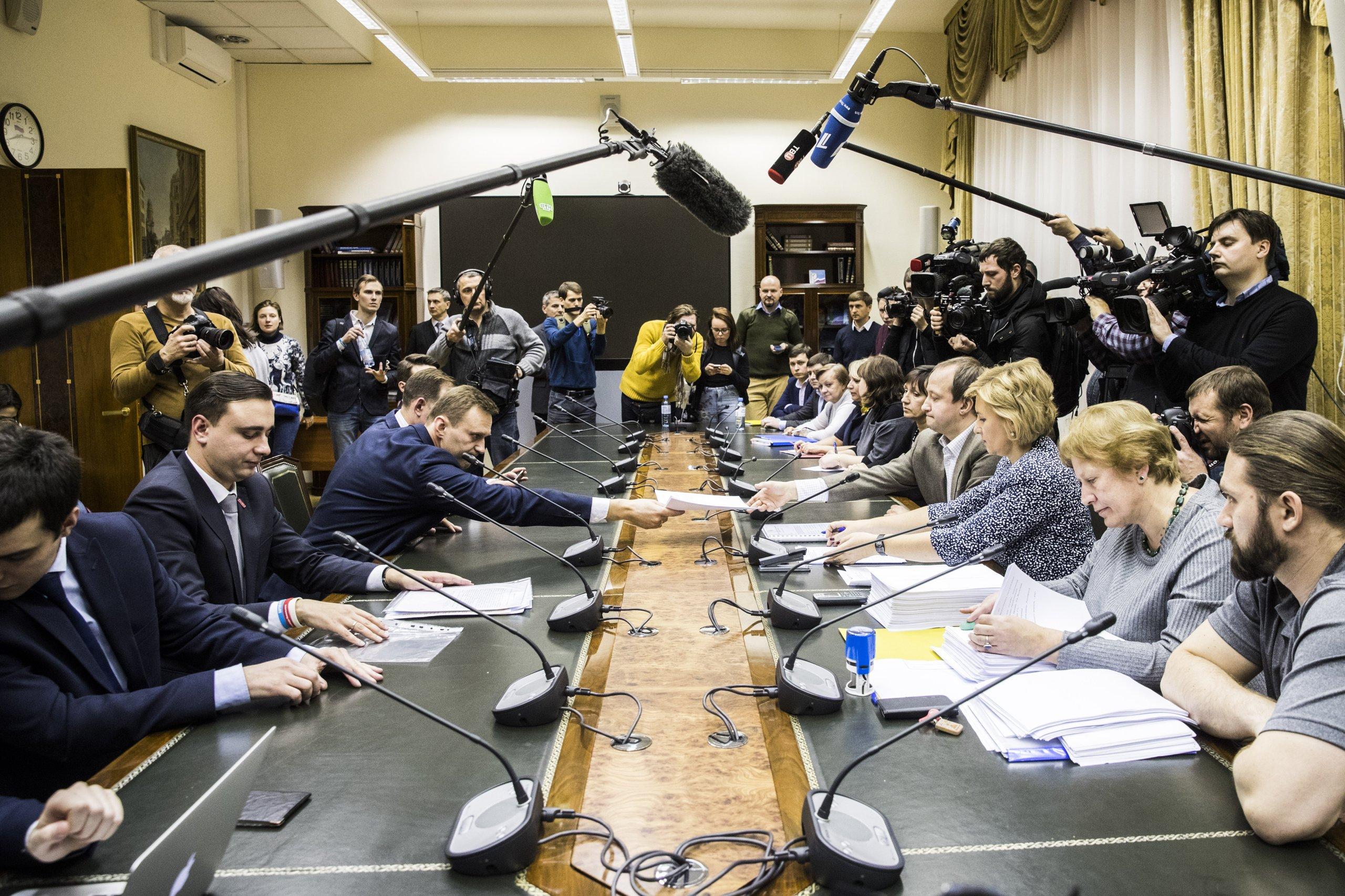 Навальный сдал в ЦИК документы для регистрации кандидатом в президенты