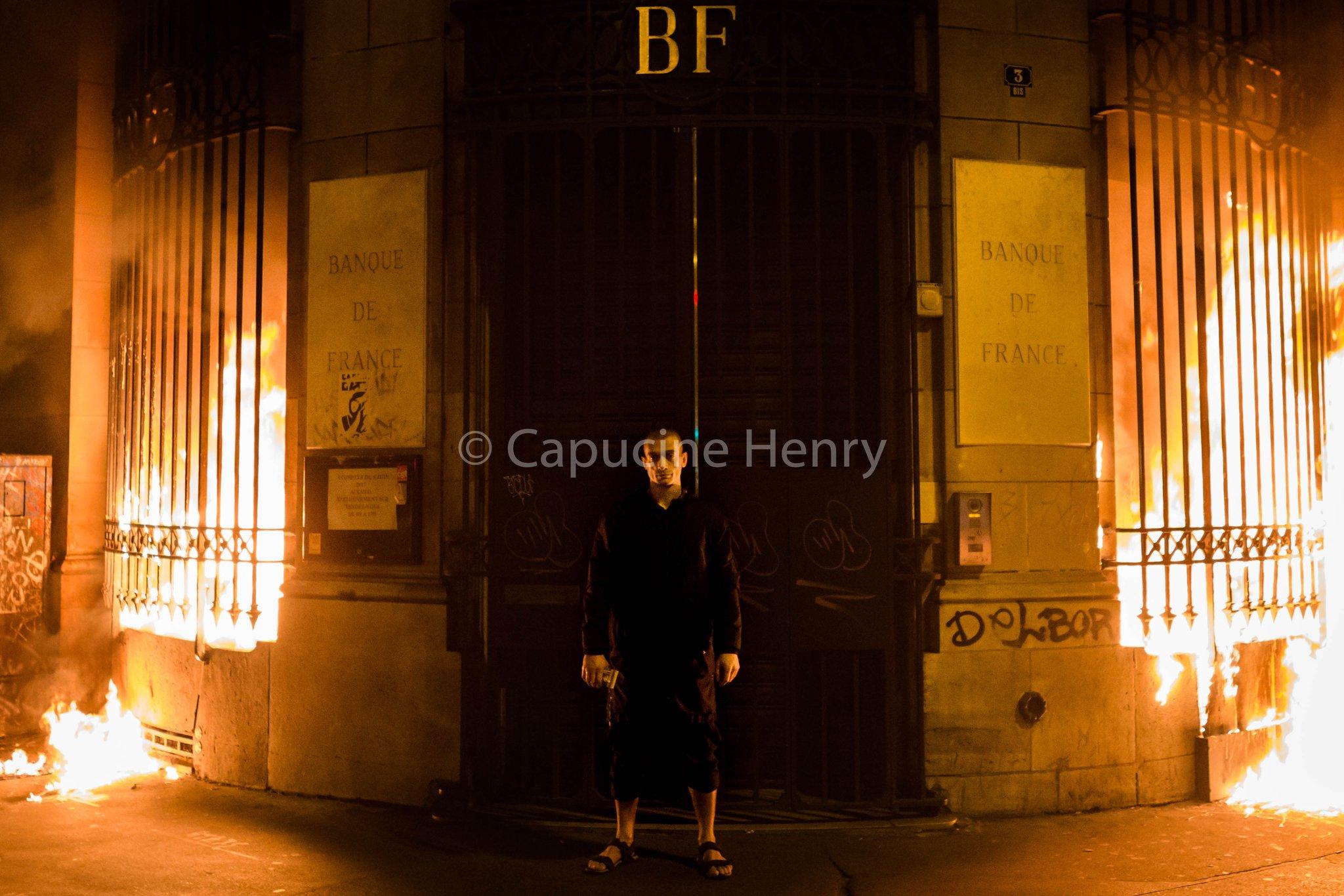 Петр Павленский поджег Банк Франции
