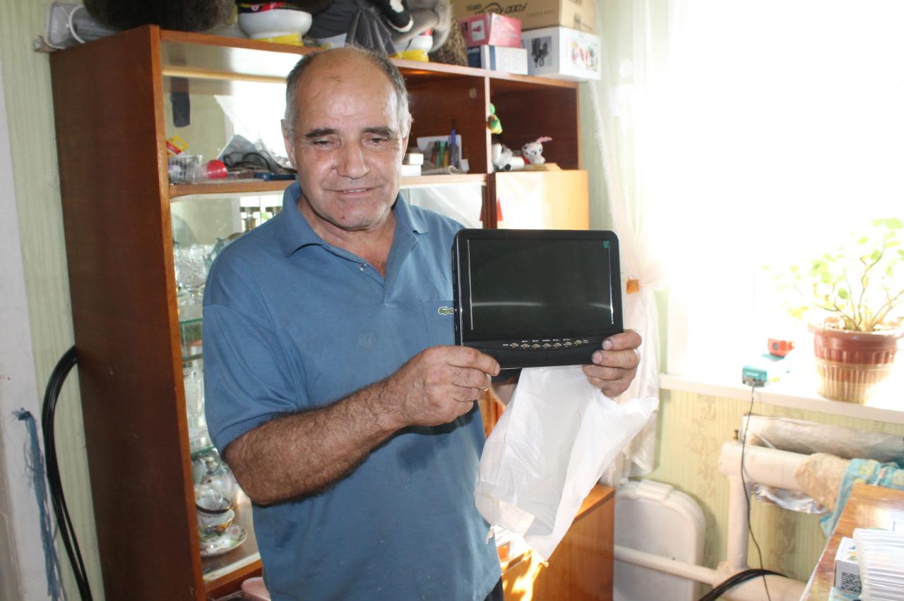 Чиновники подарили слепому сахалинцу телевизор