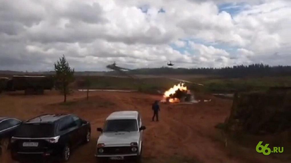 На военных учениях под Петербургом вертолет выпустил ракету в зрителей