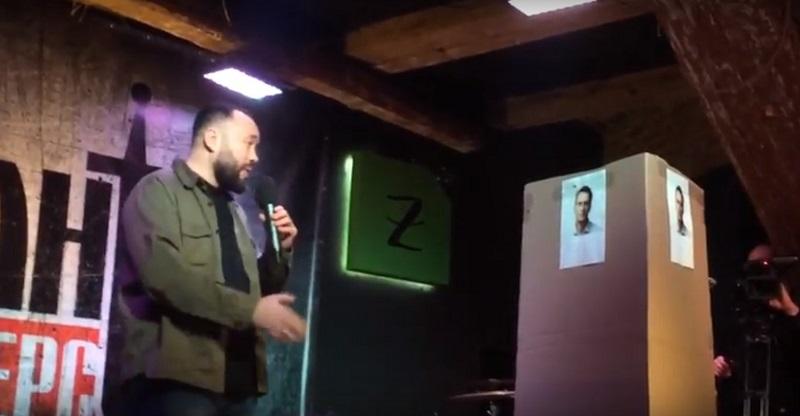 Единоросс провёл баттл с картонным Навальным. Навальный проиграл...
