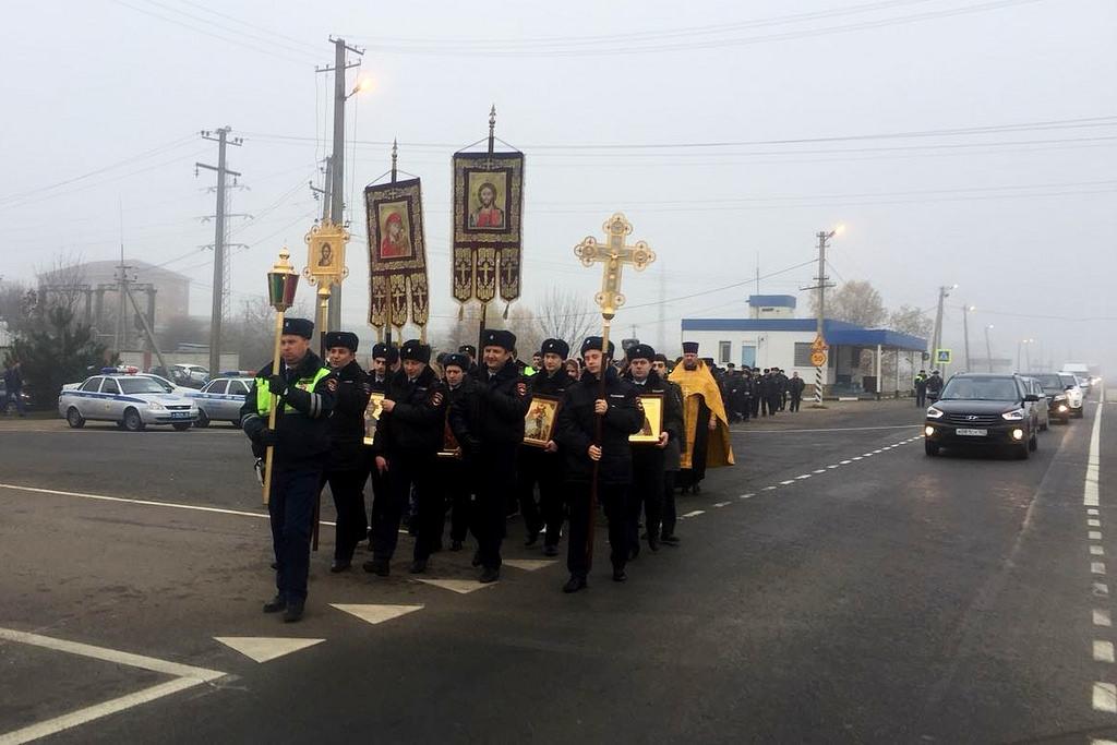 Сотрудники ГИБДД в Краснодаре провели крестный ход на опасном участке трассы