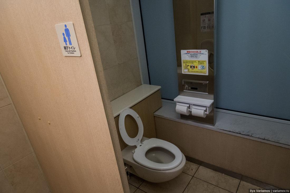 Мужчины делали из девушек туалет и ссали туда видео