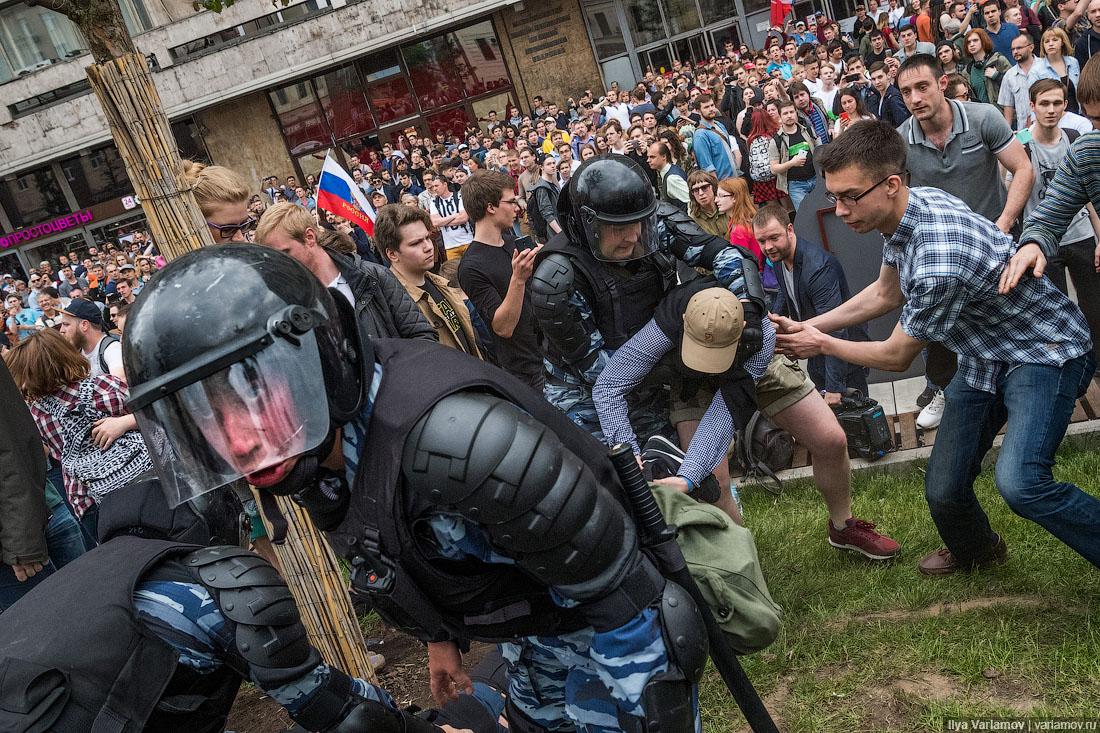 Участник акции 12 июня в центре Москвы, пинавший полицейских, сел на 2,5 года