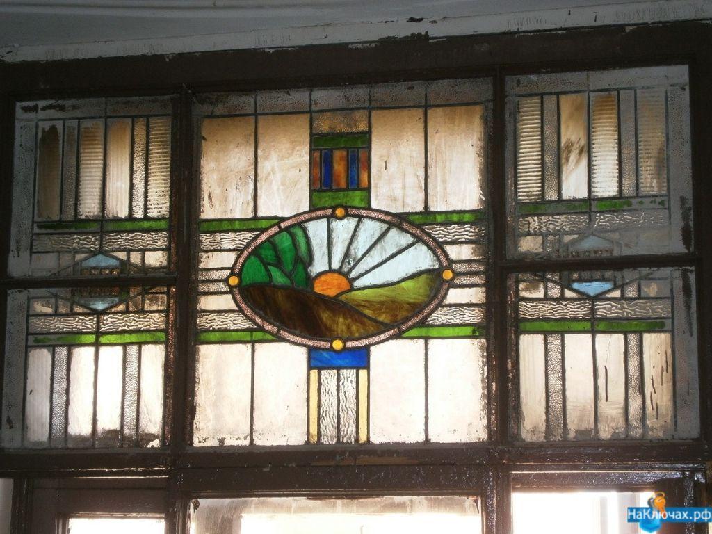В Петербурге работники Жилкомсервиса заменили исторический витраж на пластиковое окно