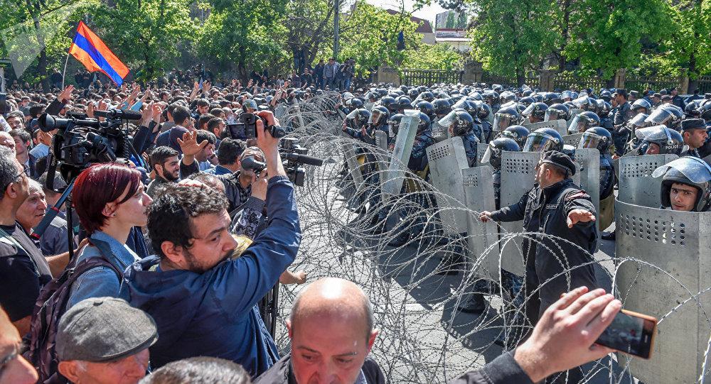 Оппозиционеры блокируют улицы в Ереване, в центре города прошли столкновения с полицией