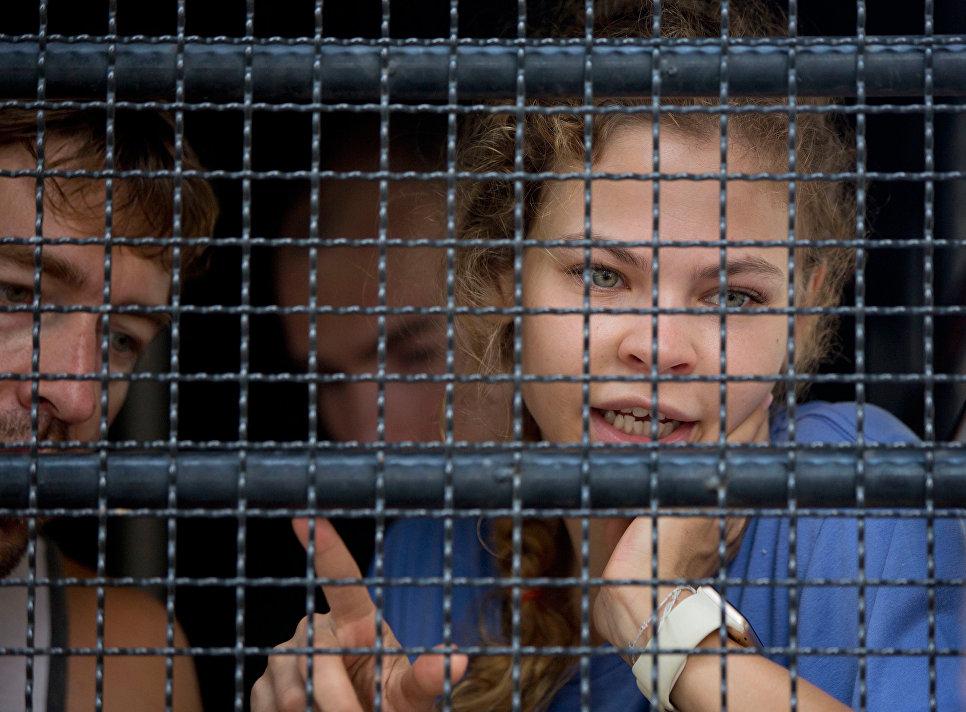 Настю Рыбку и Алекса Лесли оправдали по делу о незаконной трудовой деятельности