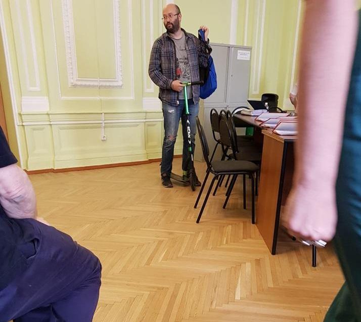 Депутат опозорился на глазах у москвичей. ФОТО