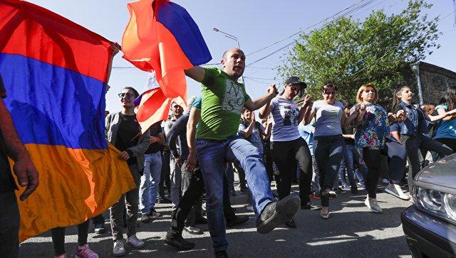 Оппозиция парализует Армению. Онлайн