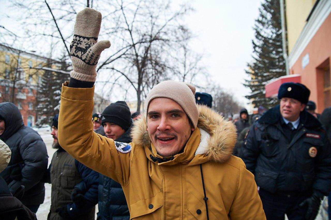 Фотограф посетил митинг Навального; полицейские его задержали, заказав у него съемку love story