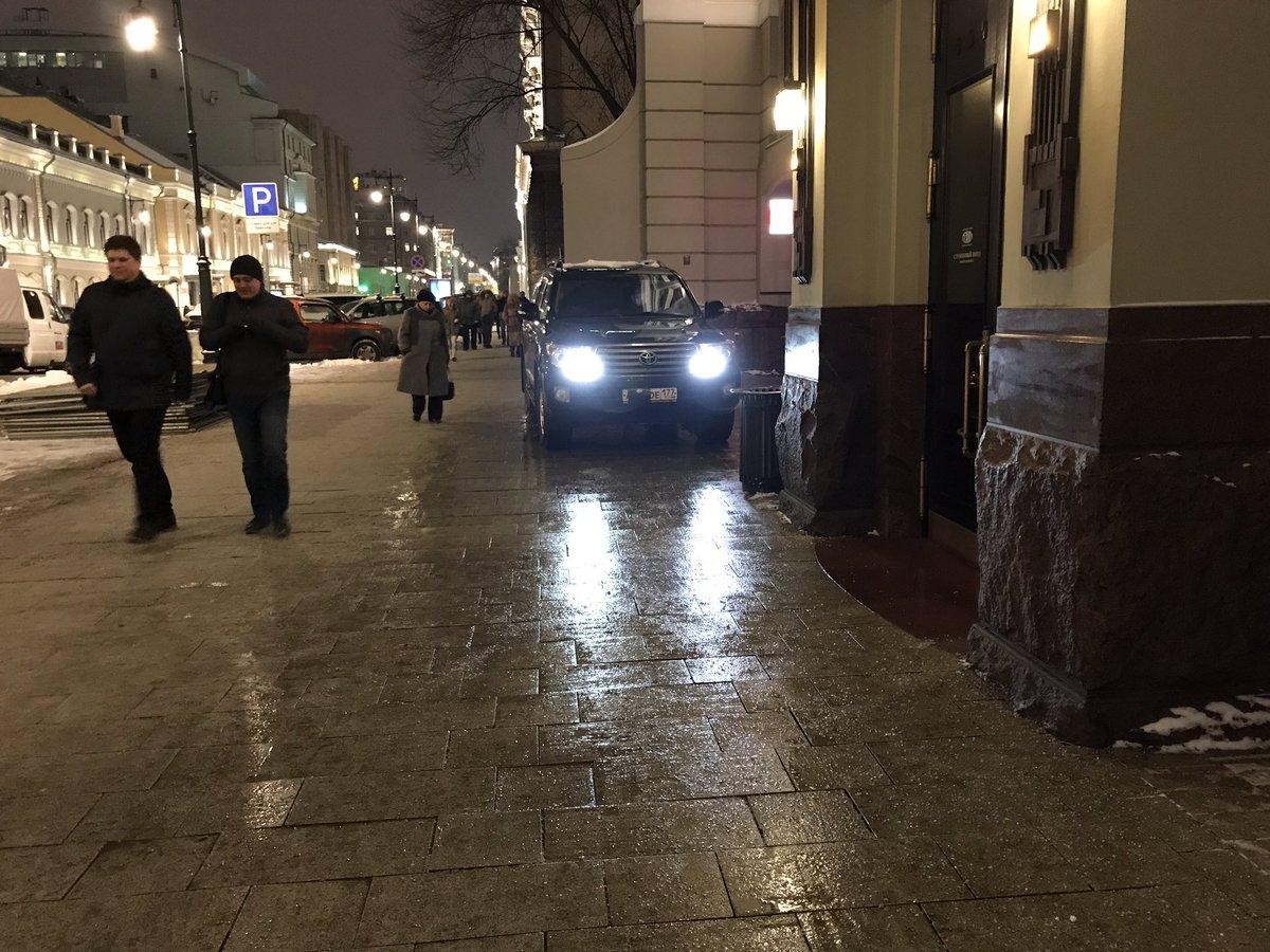Баре из Ленкома продолжают парковаться на тротуаре