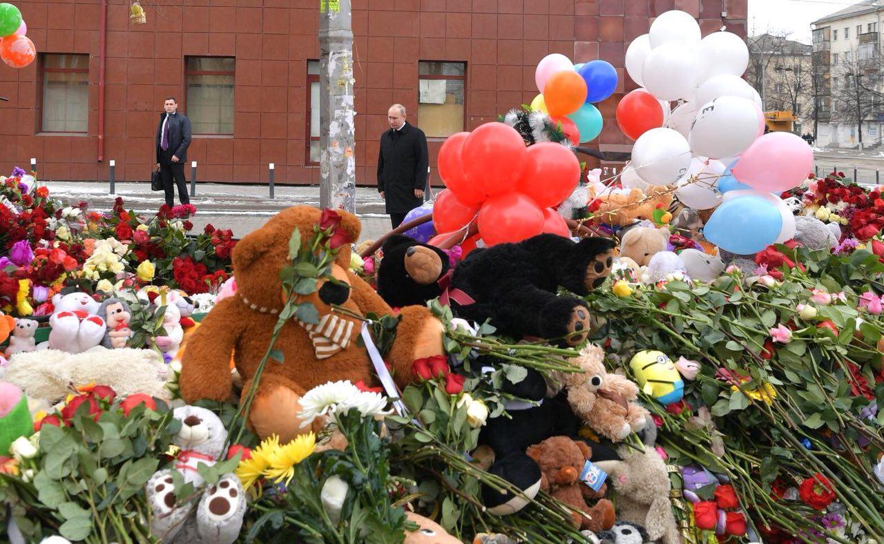 """Путин возложил цветы у """"Зимней вишни""""; жители Кемерово вышли на митинг"""