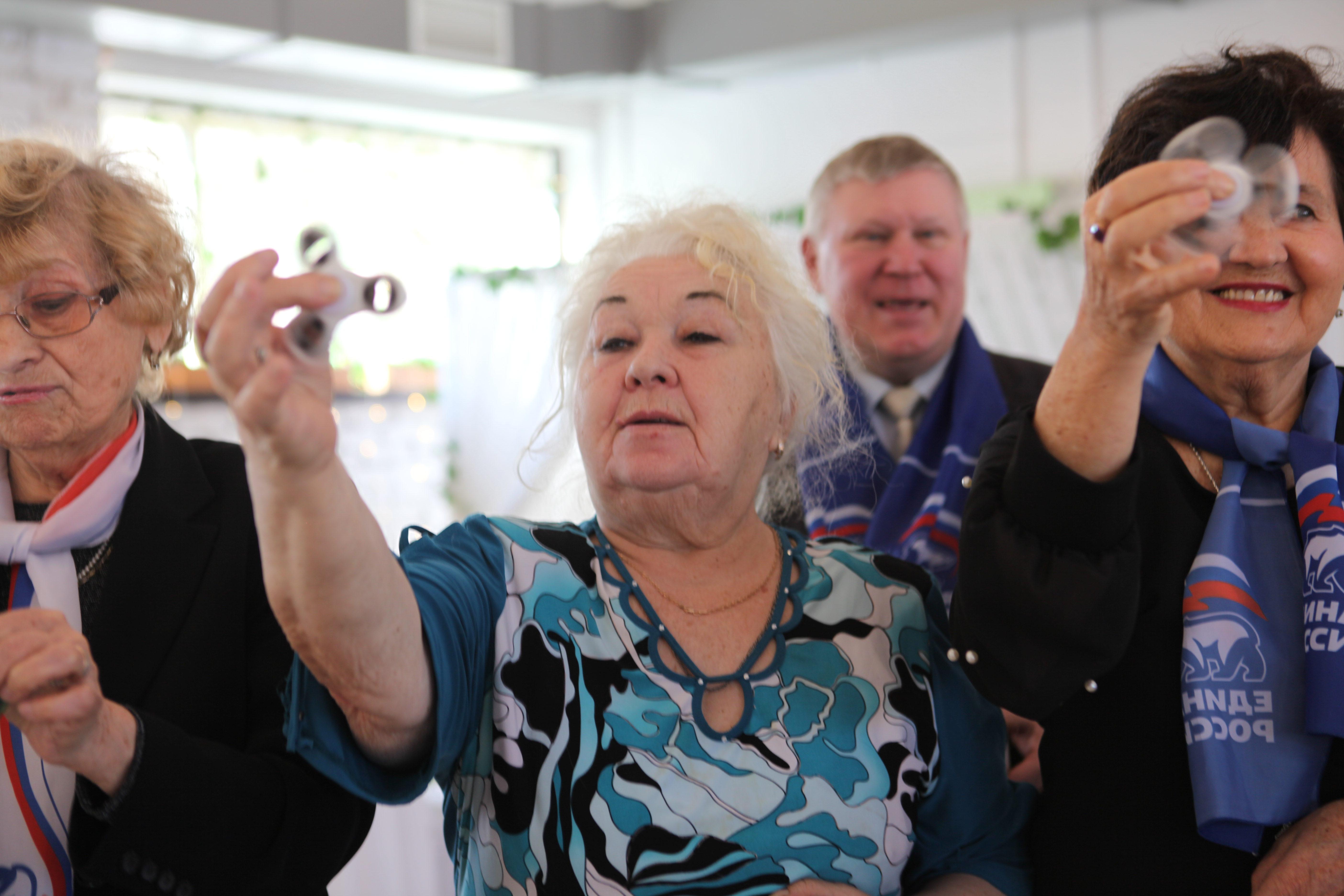 """""""Теперь вы будете в тренде"""": пенсионеркам из Купчино подарили на 8 марта спиннеры"""