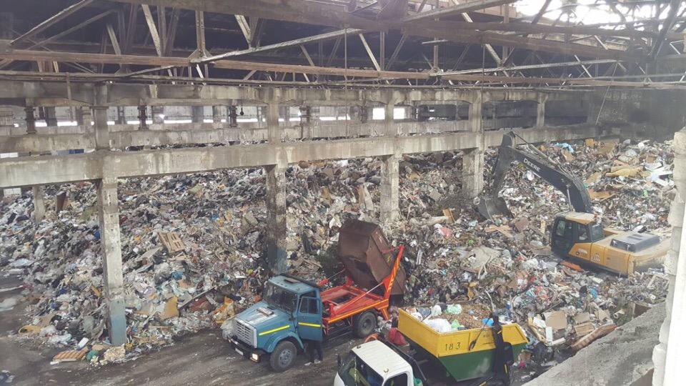 На территории завода в Люблино нашли огромную свалку, местные жители жалуются на неприятный запах
