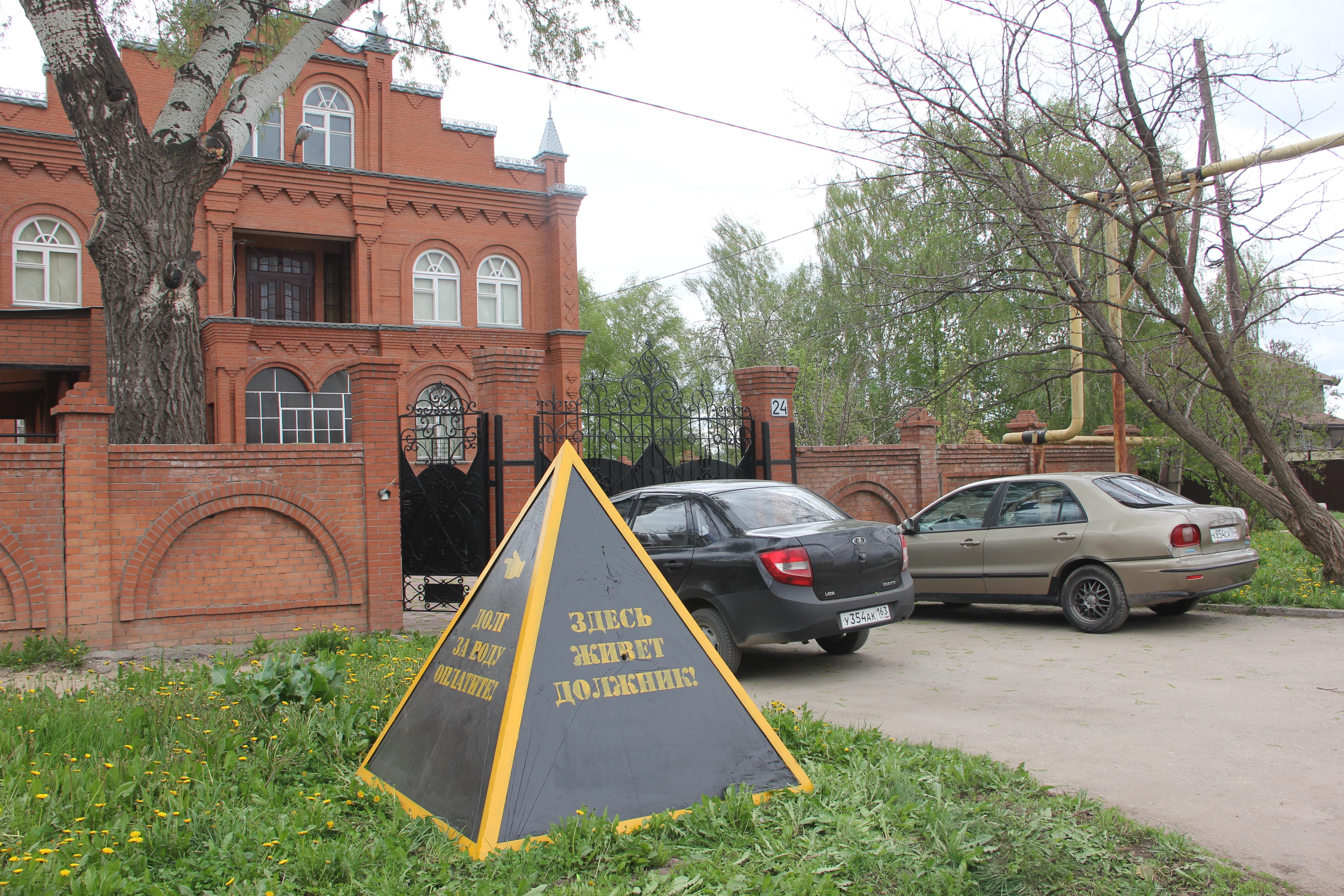 Коммунальщики установили трехтонную пирамиду перед домом должника (одну он уже украл)