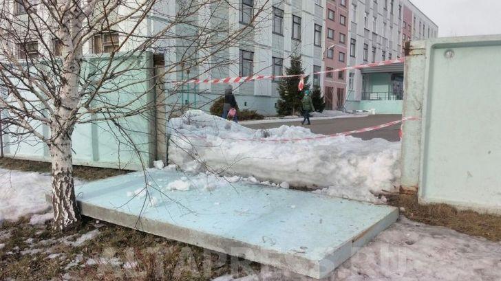 Первоклассницу из Барнаула придавило плитой старой ограды, руководство школы обвиняет землетрясение