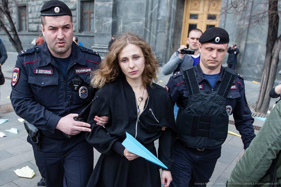 Марию Алехину и Дмитрия Энтео осудили за запуск бумажных самолетиков у здания ФСБ