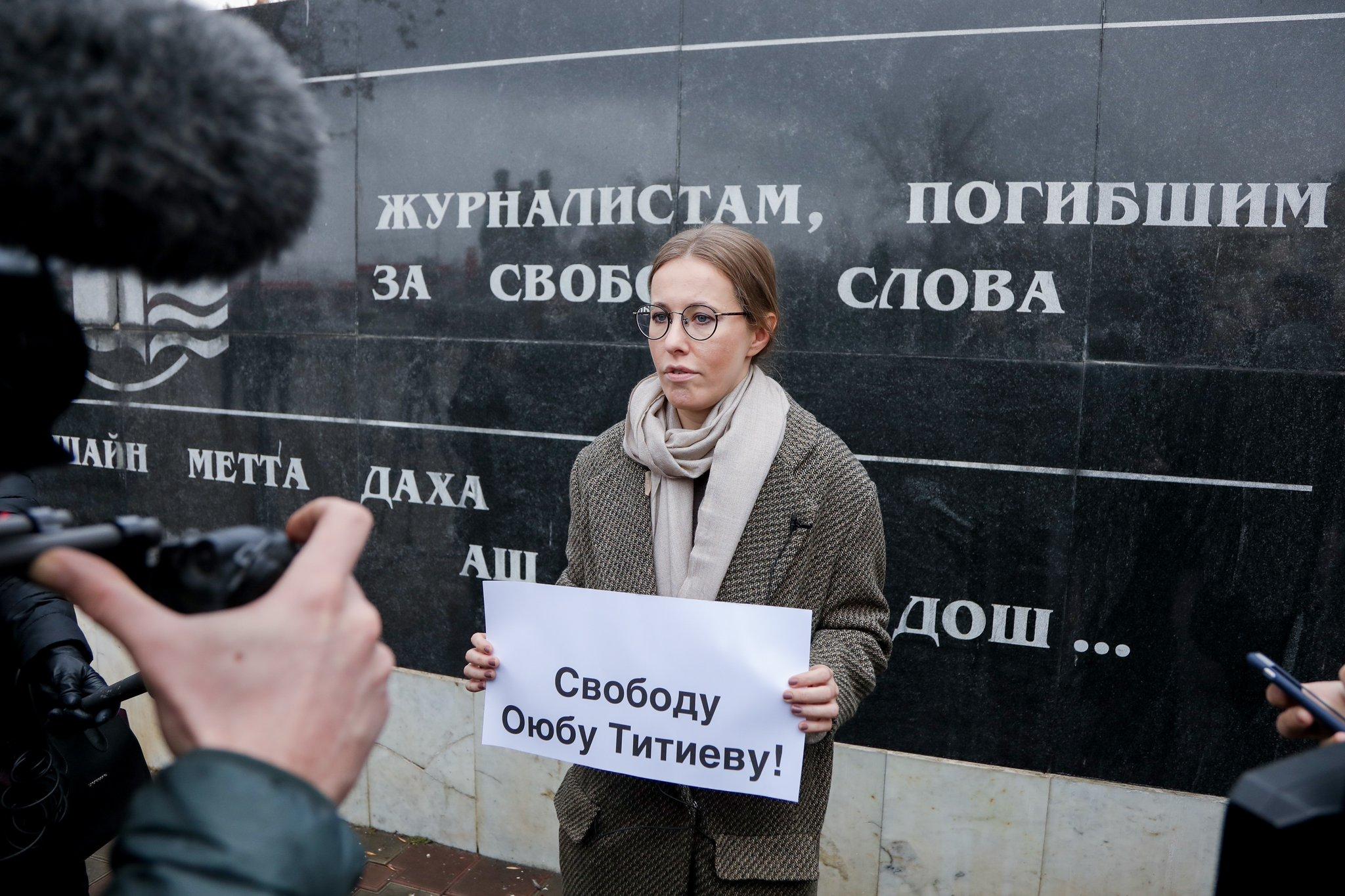Ксения Собчак провела одиночный пикет в Грозном, к ней пристали чеченцы