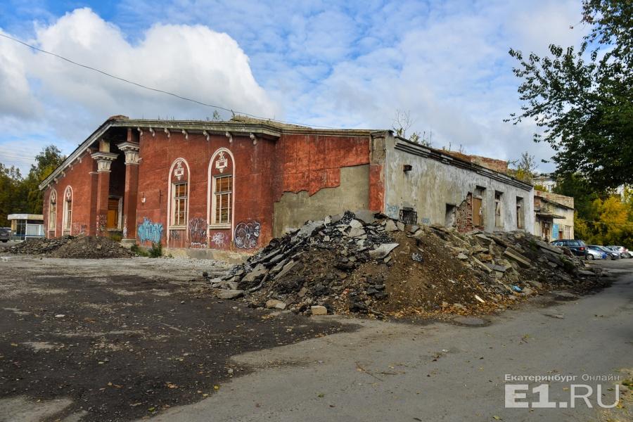 В Екатеринбурге сносят кинотеатр «Темп», который просили признать памятником архитектуры