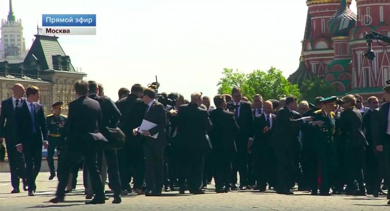Охранник Путина грубо оттолкнул идущего рядом с ним ветерана после Парада Победы
