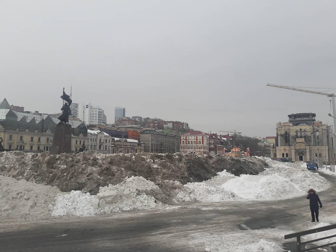 Мэр Владивостока предложил детям играть в грязном снегу, сваленном в центре города