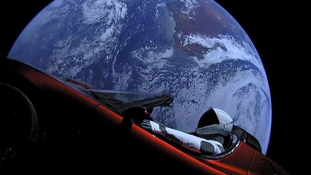Астрофотограф заснял летающий в космосе автомобиль Илона Маска