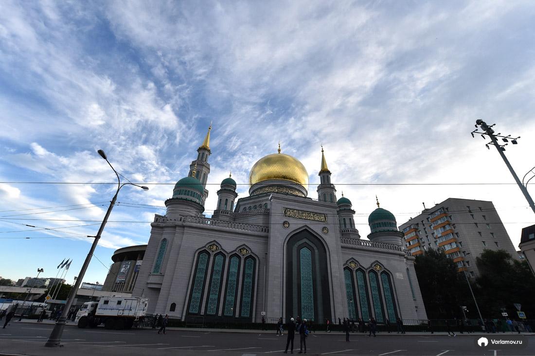 Большой праздник пришёл в Москву сегодня, Уразабайрам, закончился, Египта, сборной, футбол, футболистов, собрались, праздник, мусульман, верующих, порядком, наконецто, следила, числе, помолиться, конная, полиция, форме, половины