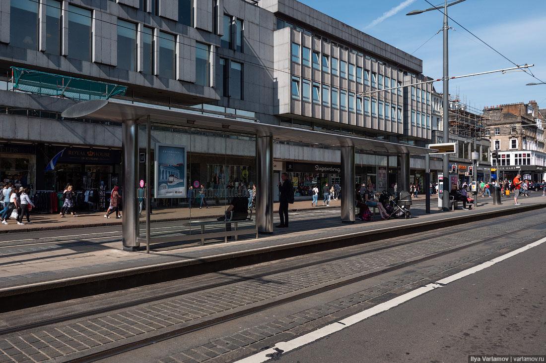 Девицу трахают возле трамвайной остановки