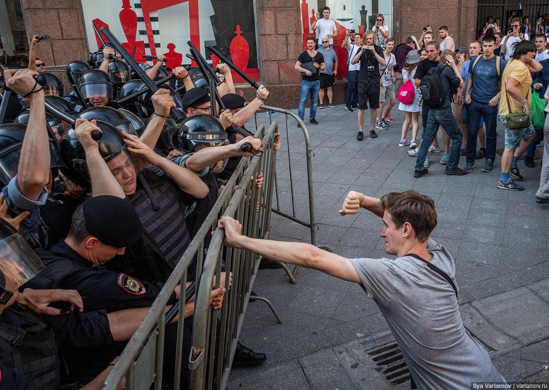 Столкновения с ОМОНом и задержания в центре Москвы...