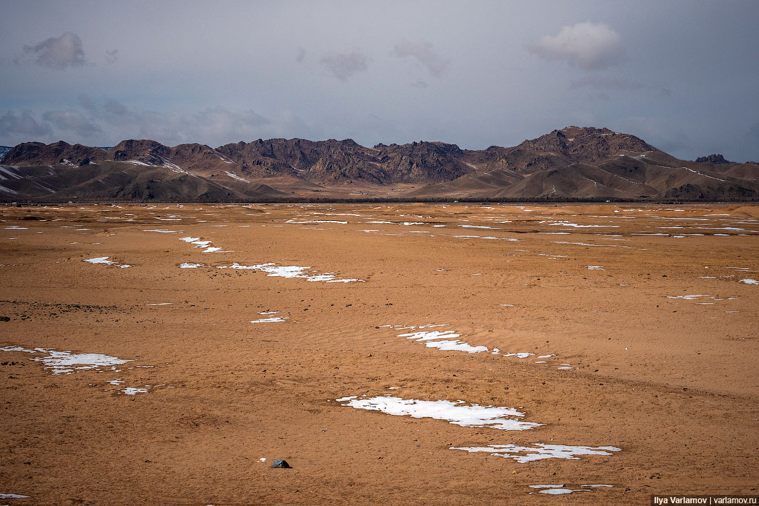 Монголия: деревня, бараны, Чингисхан