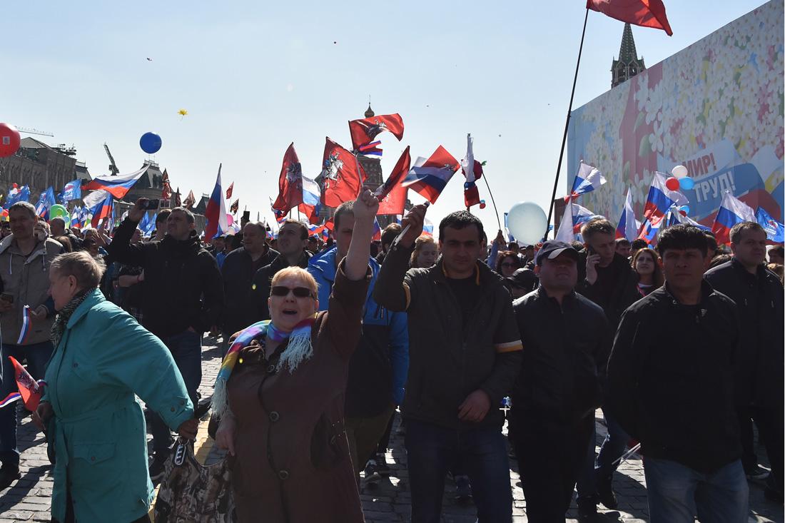 Легальный Первомай в Москве: мигранты, единороссы, пилотки