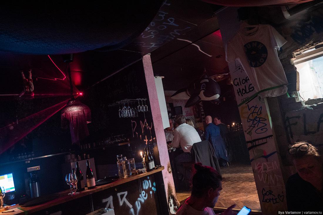 Панк-ресторан в Копенгагене: огонь, шприцы и рюмки водки