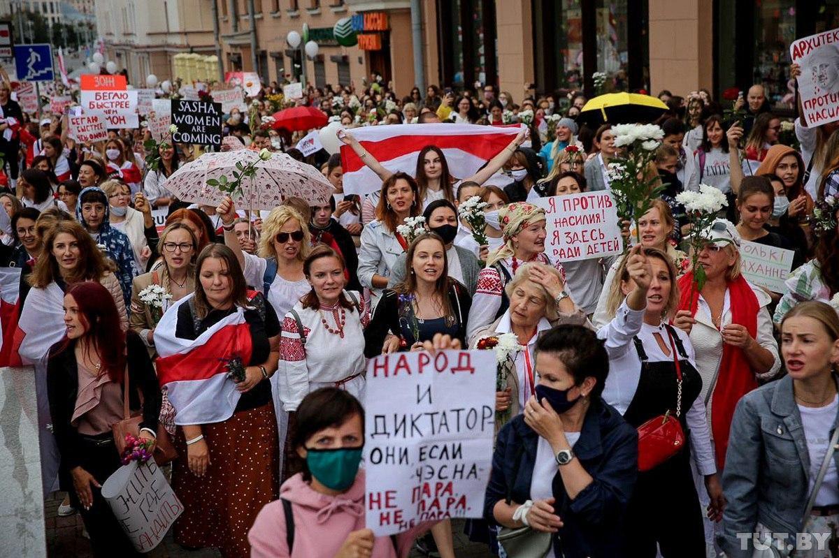 С гнилым луком борщ не сваришь: в Минске прошел женский марш