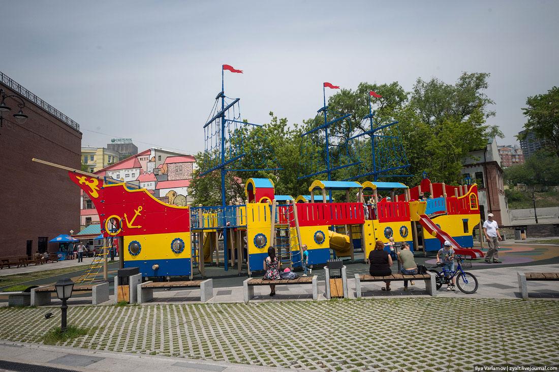 Почему в России всюду омерзительные детские площадки?