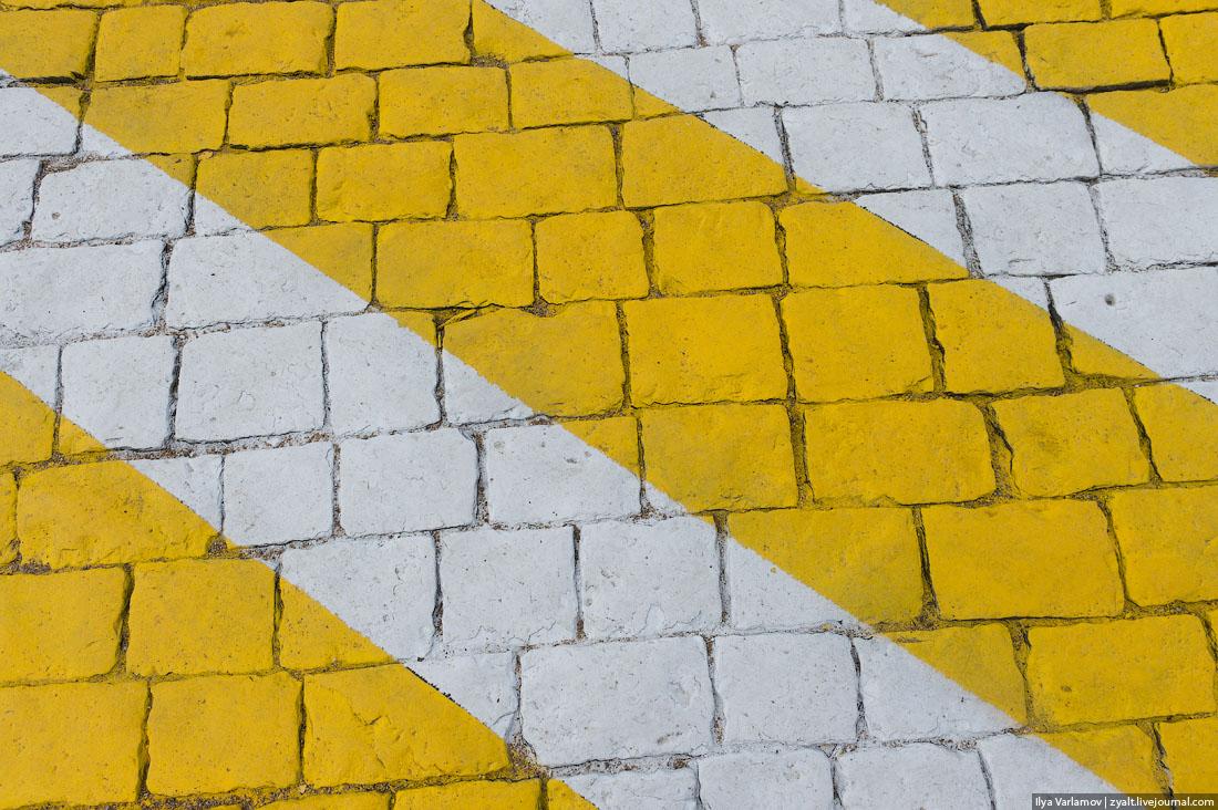 Расстояние между белым и желтым штрихом на зебре