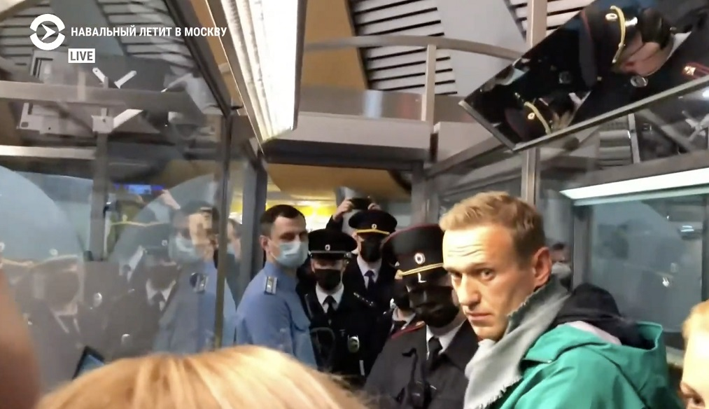 Самолёт с Алексеем Навальным приземлился в Шереметьево. Политик задержан