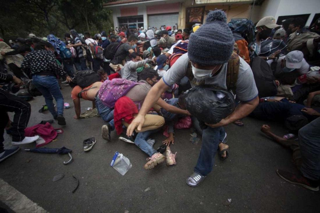 Караван мигрантов из Гондураса движется в США и призывает Байдена к ответу